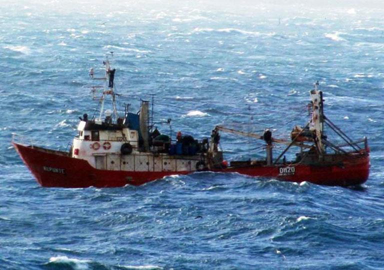 Se hundió un buque pesquero: intentan rescatar a la tripulación